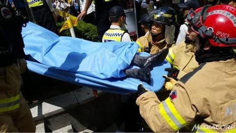 Người biểu tình Hàn Quốc tự thiêu trước đại sứ quán Nhật - ảnh 1