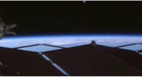 Kỳ thú vệt sáng lạ gầnTrái Đất - ảnh 1