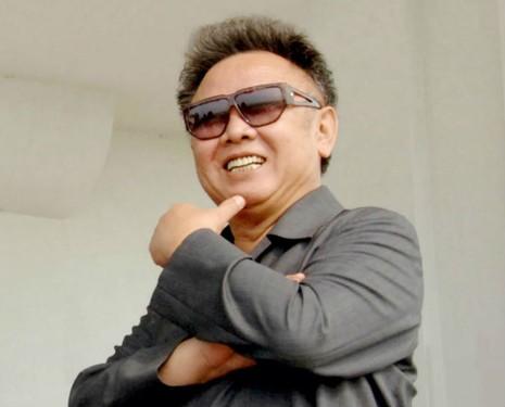 Ông Kim Jong Un đổi kính mát giống cha, báo Anh xôn xao - ảnh 3
