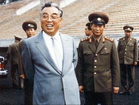 Ông Kim Jong Un đổi kính mát giống cha, báo Anh xôn xao - ảnh 4