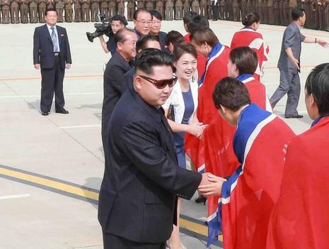 Ông Kim Jong Un đổi kính mát giống cha, báo Anh xôn xao - ảnh 2