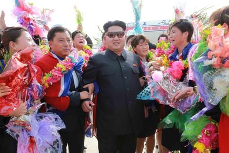 Ông Kim Jong Un đổi kính mát giống cha, báo Anh xôn xao - ảnh 1