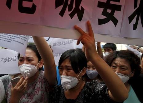 Người biểu tình Thiên Tân đụng độ cảnh sát đòi bồi thường - ảnh 1