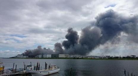 Cháy nhà máy thép, khói ngút trời gần sân bay Tokyo - ảnh 3