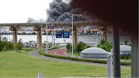 Cháy nhà máy thép, khói ngút trời gần sân bay Tokyo - ảnh 2