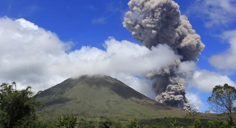 Sân bay quốc tế Indonesia ngừng hoạt động vì núi lửa - ảnh 1