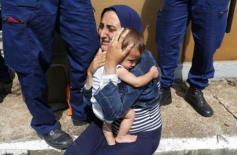 Cảnh hỗn loạn của người tị nạn khi bị chặn tại Hungary - ảnh 5