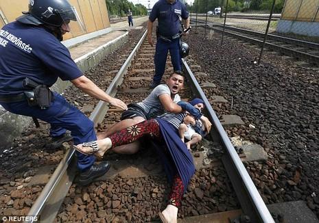 Cảnh hỗn loạn của người tị nạn khi bị chặn tại Hungary - ảnh 1