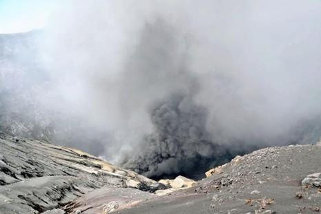 Núi lửa lớn nhất Nhật Bản bất ngờ phun trào - ảnh 2