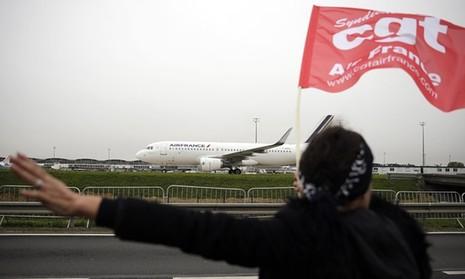 Nhân viên Air France biểu tình, xé quần áo lãnh đạo hãng bay - ảnh 1