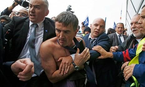 Nhân viên Air France biểu tình, xé quần áo lãnh đạo hãng bay - ảnh 2