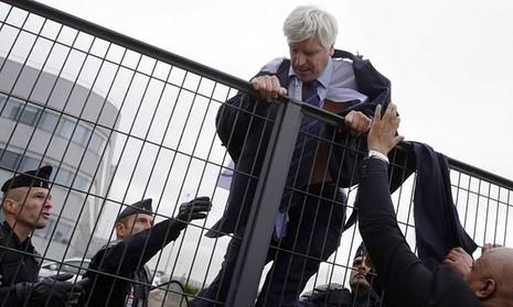 Nhân viên Air France biểu tình, xé quần áo lãnh đạo hãng bay - ảnh 3
