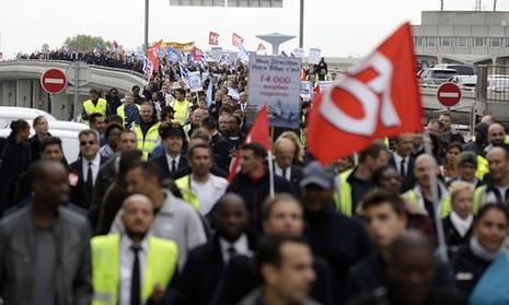 Nhân viên Air France biểu tình, xé quần áo lãnh đạo hãng bay - ảnh 4