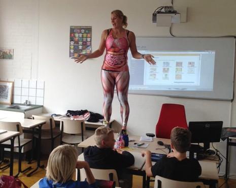 Giáo viên 'cởi đồ' trước mặt học sinh để dạy sinh học - ảnh 1