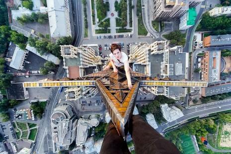 Thanh niên leo tòa nhà 126 m để chụp ảnh 'ngủ gật' - ảnh 1