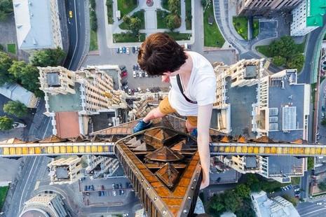 Thanh niên leo tòa nhà 126 m để chụp ảnh 'ngủ gật' - ảnh 2
