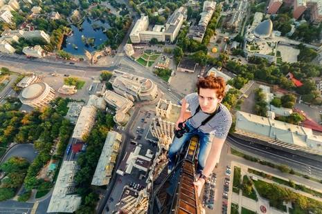Thanh niên leo tòa nhà 126 m để chụp ảnh 'ngủ gật' - ảnh 4