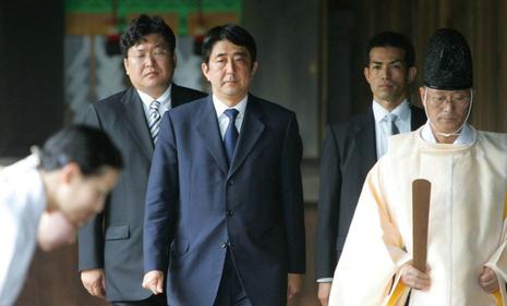 Bộ trưởng Nhật Bản thăm đền Yasukuni gây phẫn nộ - ảnh 2