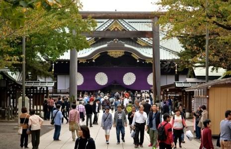 Bộ trưởng Nhật Bản thăm đền Yasukuni gây phẫn nộ - ảnh 1