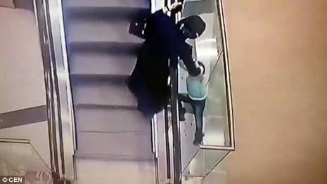 Bé gái 5 tuổi bị rơi xuống khe thang cuốn 2 tầng - ảnh 1