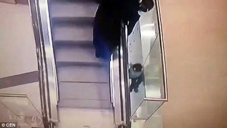 Bé gái 5 tuổi bị rơi xuống khe thang cuốn 2 tầng - ảnh 2