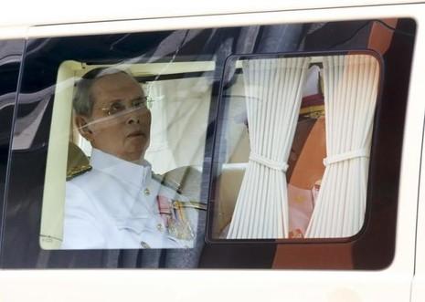 Quốc vương Thái Lan lần đầu xuất viện đi chơi - ảnh 1