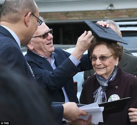 Cụ bà nhận bằng tốt nghiệp 74 năm sau khi bị đuổi học - ảnh 1