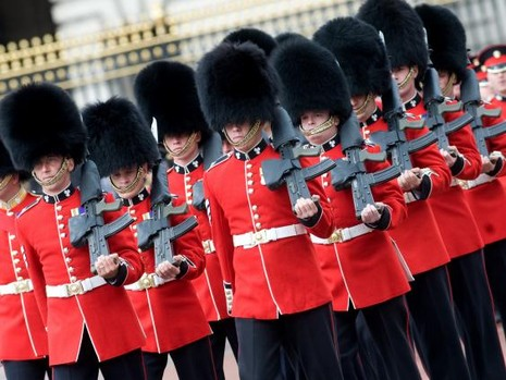 Hai vệ binh Hoàng gia Anh bị ép quan hệ trong nghi lễ kết nạp - ảnh 1