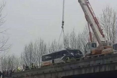 Trung Quốc: Cướp tay lái xe buýt, hàng chục người thương vong - ảnh 1