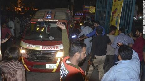Taliban đánh bom đẫm máu, hơn 65 người thiệt mạng - ảnh 2