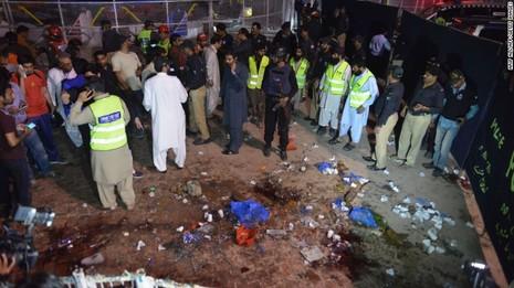 Taliban đánh bom đẫm máu, hơn 65 người thiệt mạng - ảnh 1