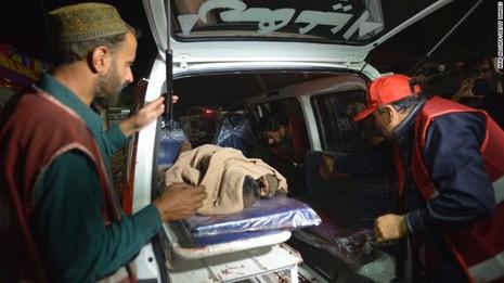 Taliban đánh bom đẫm máu, hơn 65 người thiệt mạng - ảnh 6