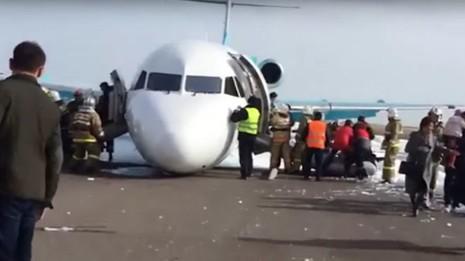 Mất bánh trước, phi công 'tay lái lụa' cứu sống 116 hành khách - ảnh 1