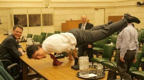 Thủ tướng điển trai Canada khoe tư thế như 'bậc thầy yoga' - ảnh 1