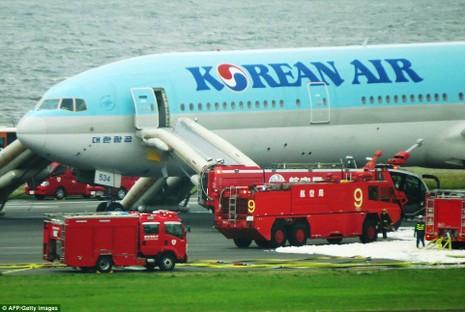 Máy bay Hàn Quốc bốc cháy động cơ tại Nhật Bản - ảnh 2