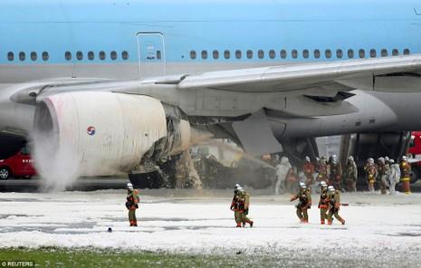 Máy bay Hàn Quốc bốc cháy động cơ tại Nhật Bản - ảnh 1