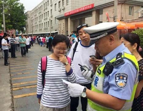 Thí sinh Trung Quốc bước vào kỳ thi đại học 'nghiêm ngặt nhất lịch sử' - ảnh 2