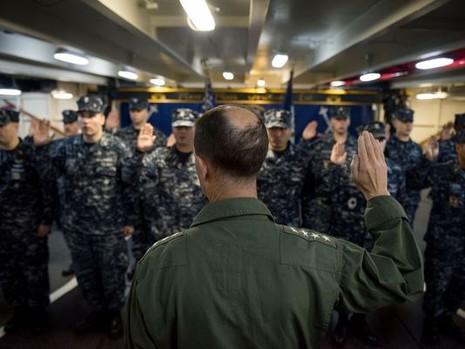 Tham mưu trưởng Hải quân Mỹ thăm tàu siêu sân bay trên Biển Đông - ảnh 2