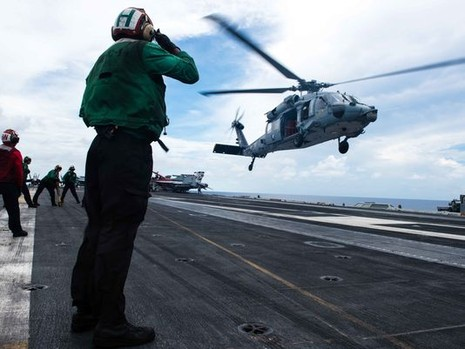 Tham mưu trưởng Hải quân Mỹ thăm tàu siêu sân bay trên Biển Đông - ảnh 3