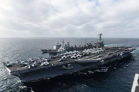 Tham mưu trưởng Hải quân Mỹ thăm tàu siêu sân bay trên Biển Đông - ảnh 1