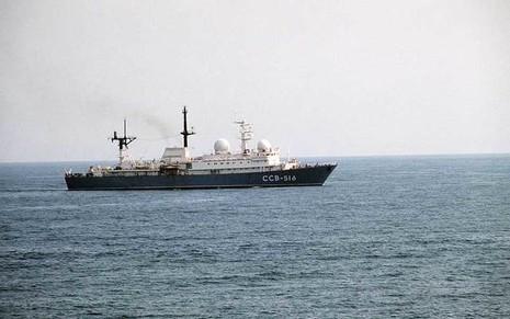 Một tàu do thám lớp Balzam của Nga thu thập thông tin tình báo một cuộc tập trận của NATO vào năm 1985.