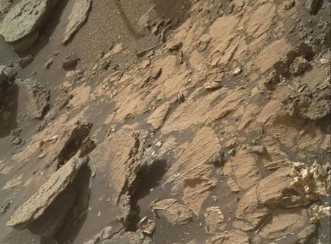 """Khung hình toàn cảnh nơi có """"bộ xương người sao Hỏa"""" được ghi lại bởi tàu Curiosity của NASA"""