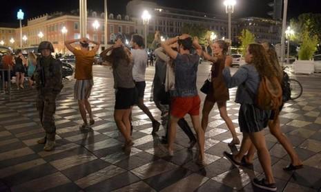 Người dân trên đường phố Nice được binh sĩ Pháp kiểm tra chặt an ninh sau vụ khủng bố.