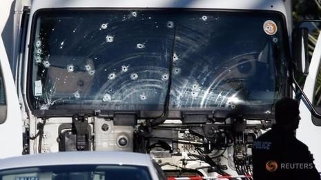 Cảnh sát đã bắn hơn 20 phát đạn để hạ gục tài xế chiếc xe tải tử thần tại Nice.