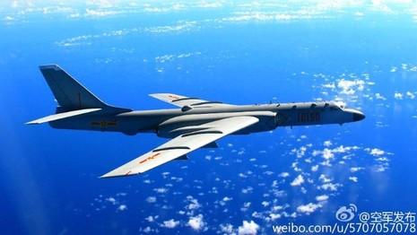 Hình ảnh máy bay ném bom H-6K bay trên vùng trời bãi cạn Scarborough