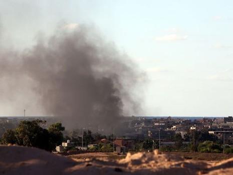 Khói bốc lên cuồn cuộn trong cuộc tấn công IS ở TP Sirte vào tháng 7
