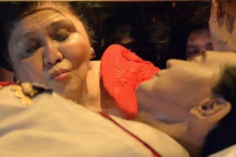 Imelda Marcos, vọ vị cố tổng thống Philippines, hôn lên hòm kiếng chứa thi thể chồng mình. Ảnh: AFP