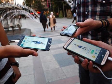 Người chơi Pokemon Go ở công viên Mellat phía bắc Tehran vào ngày 3-8. Ảnh: AFP