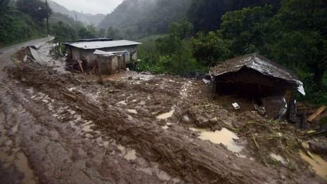 Nhà tại những khu vực vùng sâu ở Veracruz bị sạt lở đất cuốn trôi. Ảnh : BBC