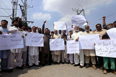 Các nhà báo biểu tình lên án vụ tấn công đẫm máu tại Peshawar, Pakistan. Ảnh: EPA